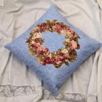 květinový věnec na polštáři