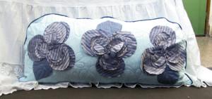 obr polštář v modrých a šedých odstínech